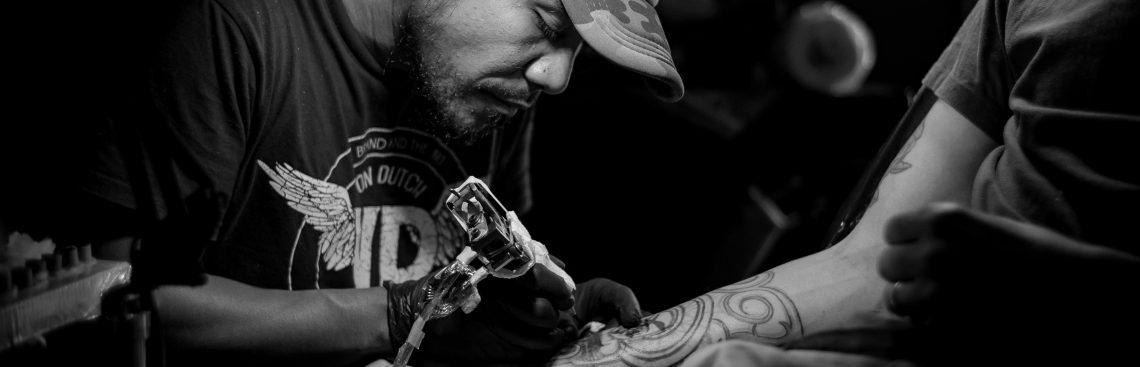 Jakie warunki musi spełnić tatuażysta?