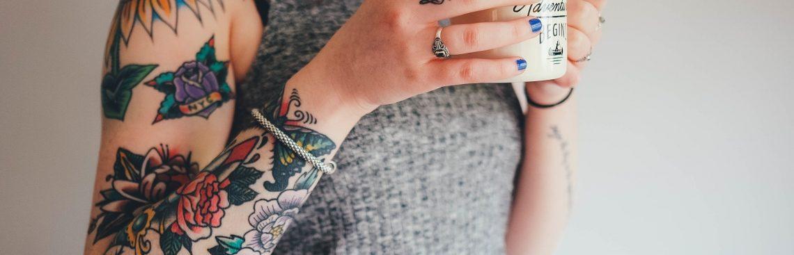 Postaw na kolorowy tatuaż